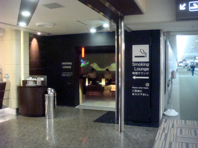 Door-less Smoking Space in the Narita